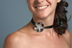 6. Faire un collier avec une fleur en tissu