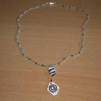 Collier fin marron et blanc