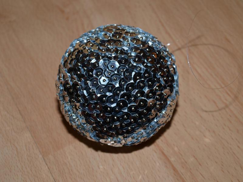 Une boule facettes avec polystyr ne et sequins cr ations techniques diver - Fabriquer une boule a facette ...