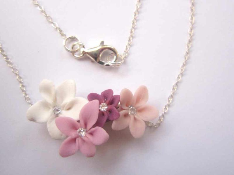 collier en pate fimo avec quatre petites fleurs roses. Black Bedroom Furniture Sets. Home Design Ideas