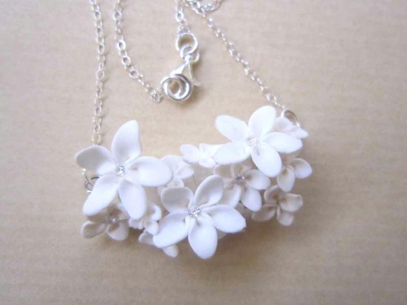 collier en pate fimo avec fleurs blanches like a virgin. Black Bedroom Furniture Sets. Home Design Ideas
