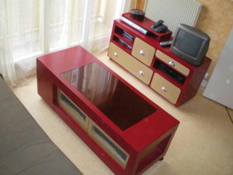 Ensemble salon rouge et kraft en carton cr ations meuble en carton de l 39 - Table de salon rouge ...