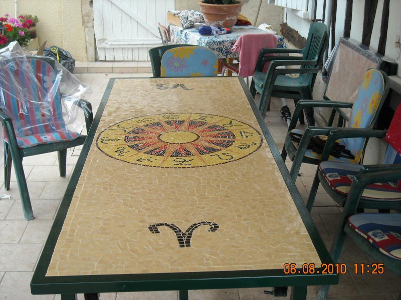 Grande table exterieur ronde avec signe zodiac cr ations for Table exterieur grande