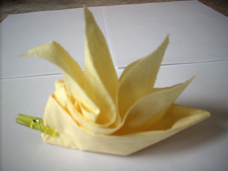 fleur jaune pliage serviette cr ations serviettes en papier de brittany 12 n 36488 vue. Black Bedroom Furniture Sets. Home Design Ideas