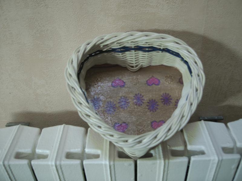 Panier osier en forme de coeur au fond d cor cr ations for Decorer un panier en osier