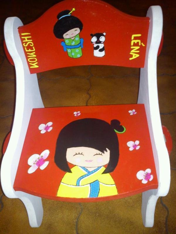 Chaise en bois d cor avec des kokeshi tout en peinture cr ations chambre - Peinture chaise bois ...
