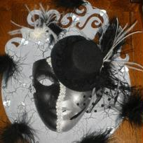 Masque chpeau en noir et blanc