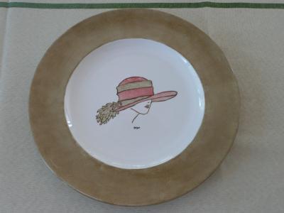 assiette la dame au chapeau sur porcelaine cr ations. Black Bedroom Furniture Sets. Home Design Ideas
