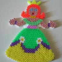Princesse en perle Hama aux  couleurs flashies.