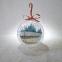 Boule de noel en plastique. Paysage enneig.