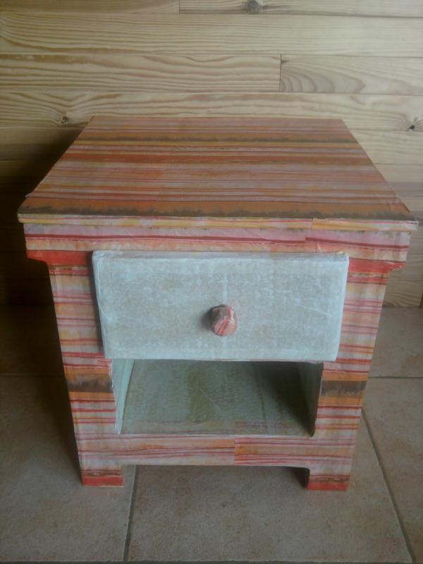 cr ation petite table de chevet en carton multicolore cr ations meuble en carton de vanessa09. Black Bedroom Furniture Sets. Home Design Ideas