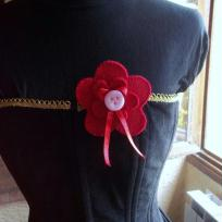 Cration Broche fleur rouge en feutrine 