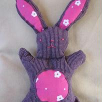 Doudou lapin en tissus violet et rose