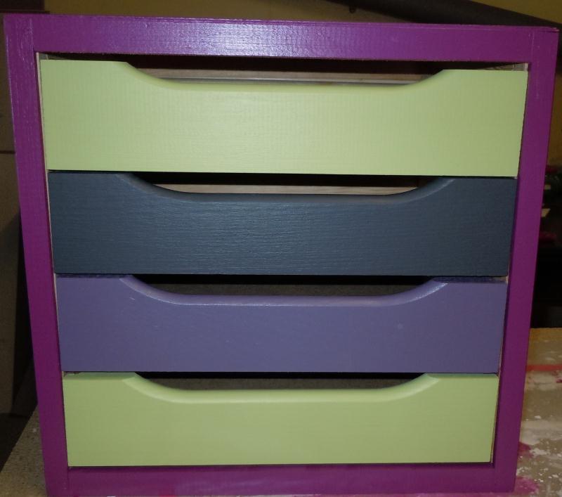 Peinture sur meuble en bois avec 4 tiroirs color s for Peinture meuble en bois