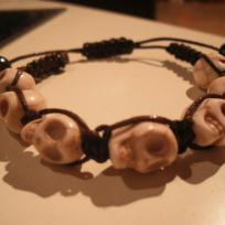 Cration bracelet ttes de mort beiges