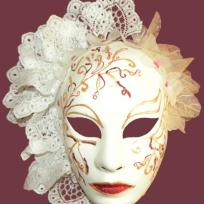 Fabrication de masque avec dentelle et fleurs blanc et rose 