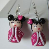 Cration de boucles d'oreilles poupe kokeshi rose
